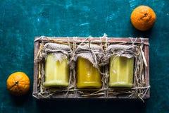 Pot de miel dans la boîte avec le foin Image libre de droits