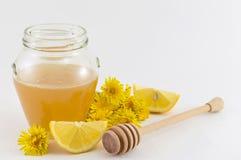 Pot de miel, de pissenlit jaune et de citrons Photographie stock libre de droits