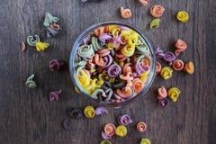 Pot de pâtes colorées sur la table en bois photo libre de droits
