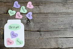 Pot de papier avec les souhaits et cadeau des textes le meilleur Carte de voeux faite de papier coloré et carton, coeurs avec des Photo libre de droits