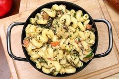 Pot de poulet et de nouilles toscans d'Italien Image stock
