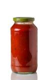 Pot de sauce à spaghetti sur le blanc Photos stock