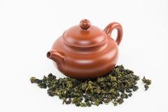 Pot de thé avec le thé d'oolong Image stock