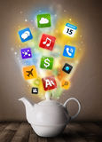 Pot de thé avec les icônes colorées de media Photographie stock