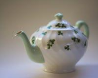 Pot de thé d'oxalide petite oseille avec le foyer mou sur le blanc Photos libres de droits