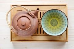 Pot de thé d'un plat en bois Image stock