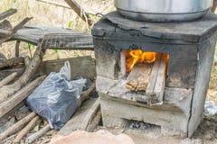 Pot de vapeur de nourriture sur la cuisine de fourneau Image stock