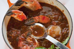 POT del cioppino del granchio immagini stock