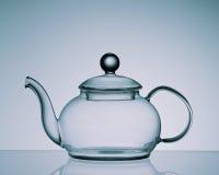 POT del tè su superficie riflettente Fotografie Stock