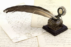 POT dell'inchiostro e vecchi documenti fotografie stock libere da diritti