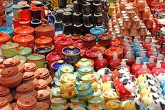 POT di ceramica variopinti ed utensili immagini stock libere da diritti