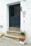 Pot en bois bleu-foncé de porte, de sonnette et de fleur Photographie stock libre de droits
