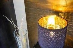 Pot en bois de philodendron vert frais dans l'intérieur moderne de chambre à coucher avec le drap beige et coussins sur le lit en photo libre de droits