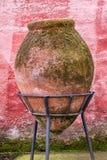 Pot en céramique énorme antique placé sur un piédestal forgé images libres de droits