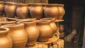 Pot en céramique dehors sous le soleil dans le taudis de dharavi photographie stock libre de droits