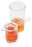 Pot en glas met geïsoleerde de infusie van gojibessen Royalty-vrije Stock Afbeelding