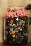 Pot en verre avec des boutons Photo stock