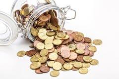 Pot en verre avec des pièces de monnaie Image stock