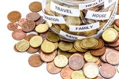 Pot en verre avec des pièces de monnaie Image libre de droits
