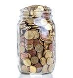 Pot en verre avec des pièces de monnaie Photo libre de droits