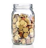 Pot en verre avec des pièces de monnaie Photos libres de droits