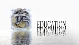 Pot en verre avec des pièces de monnaie sur le fond blanc Concept d'économie image stock