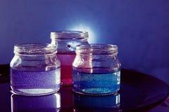 Pot en verre avec le liquide coloré Image libre de droits