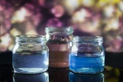 Pot en verre avec le liquide coloré Images stock