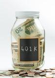 Pot en verre avec le panneau de craie utilisé pour la retraite 401K Photos stock