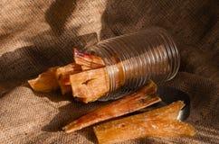 Pot en verre avec mâcher des bâtons pour des chiens L'air a séché des tendons de boeuf Festins naturels pour de grands et petits  photos stock