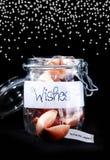 Pot en verre de biscuits de fortune comme cadeau Image libre de droits