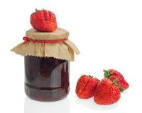 Pot en verre de confiture de fraise avec des baies d'isolement sur le backg blanc Photographie stock