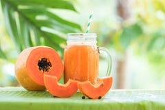 Pot en verre de fruit de papaye avec la secousse de smoothie photographie stock libre de droits