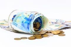 Pot en verre de la pile de nouveaux billets de banque israéliens de shekels avec les nouveaux 200 NIS Images stock
