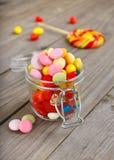 Pot en verre de sucreries colorées Photographie stock libre de droits