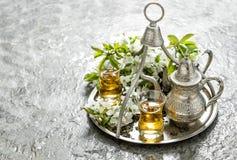 Pot en verre de thé L'argent bombe des fleurs de décoration Images stock