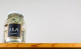 Pot en verre simple sur l'étagère en bois pour enregistrer l'argent photographie stock libre de droits