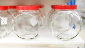 Pot en verre sur l'étagère du marché Parabolo?des vides image stock