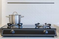Pot inoxydable sur la cuisinière à gaz Photo stock