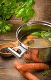 Pot met bouillon stock afbeeldingen