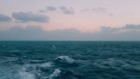 Pot??ne fale pod??a statek ?lad od silnik?w statek Rejsu liniowiec ?egluje na b??kitnym oceanie Fale za ste zbiory wideo