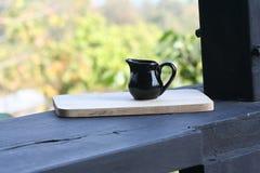 Pot noir sur le bois photographie stock libre de droits