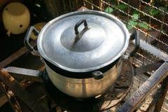 Pot op brandfornuis dat wordt gekookt stock foto's