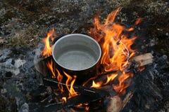 Pot op open houten brand Stock Fotografie