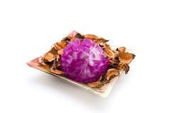 Pot-pourri com a flor na bacia imagem de stock royalty free