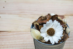 Pot-pourri dans le pot sur le bois Photo stock