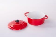 pot of rode pot met dekking op achtergrond Stock Foto's