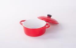 pot of rode pot met dekking op achtergrond Stock Foto