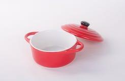 pot of rode pot met dekking op achtergrond Stock Fotografie