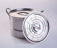 pot of roestvrij staal kokende pot op een achtergrond Royalty-vrije Stock Fotografie